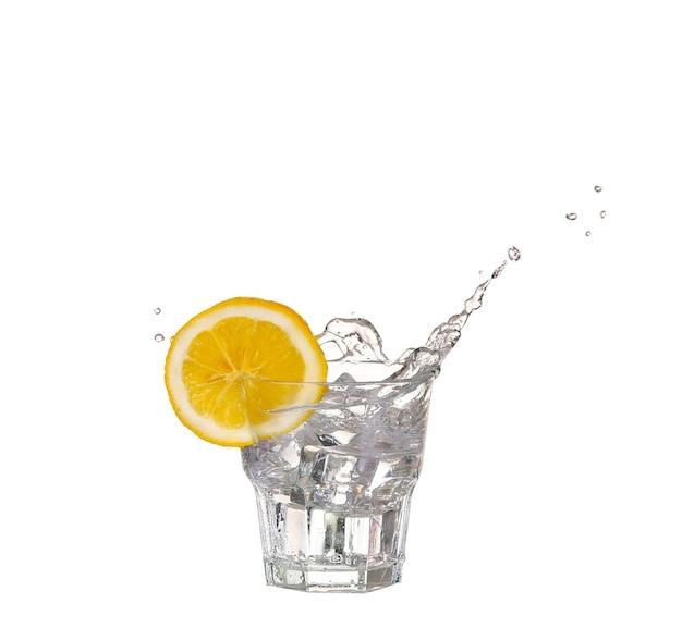 Ijsblokjes spatten in glas water, geïsoleerd op wit