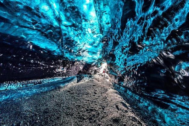 Ijsgrot binnen gletsjer in ijsland.