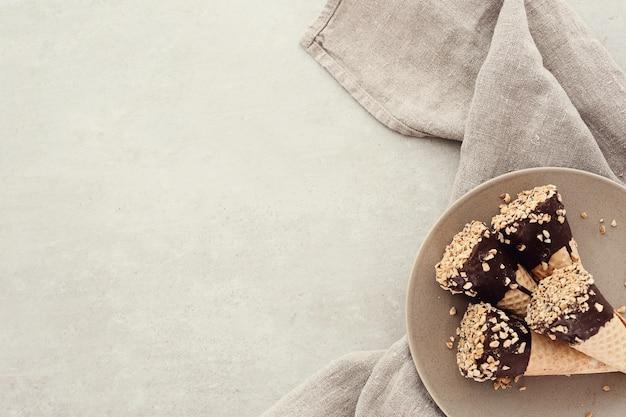 Ijshoorntjes met amandel en chocolade