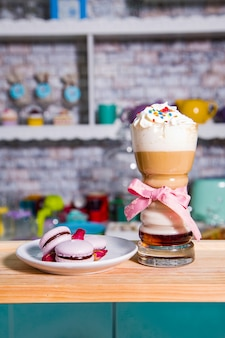 Ijskaramel latte koffie in een hoog glas met stroop en slagroom