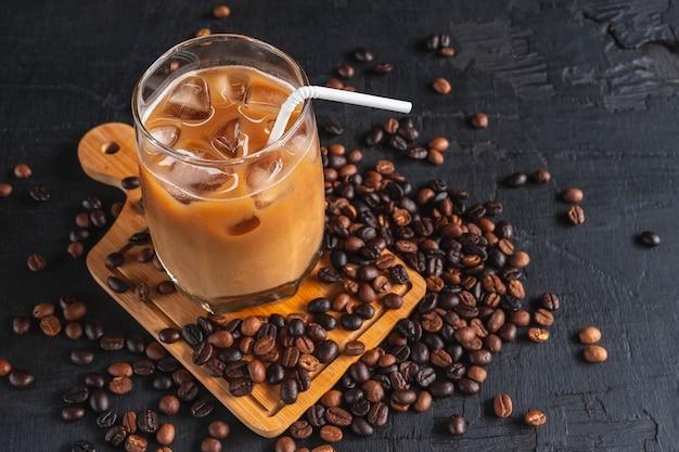 Ijskoffie en koffiebonen