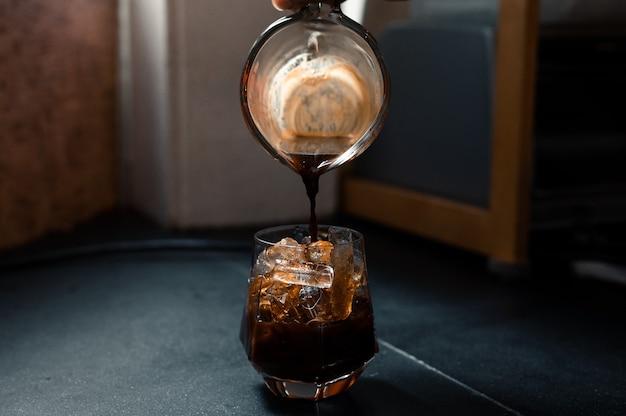 Ijskoffie geserveerd op zwarte tafel
