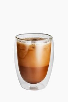 Ijskoffie in een dubbelwandig glas dat op wit wordt geïsoleerd