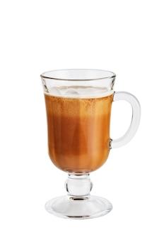 Ijskoffie in een glas dat op wit wordt geïsoleerd