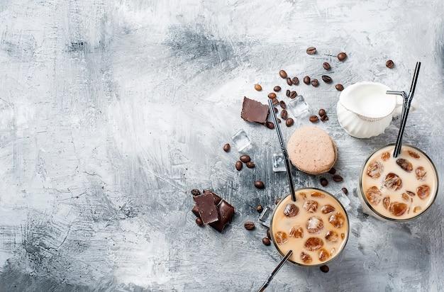 Ijskoffie in glas met ijs, chocolade