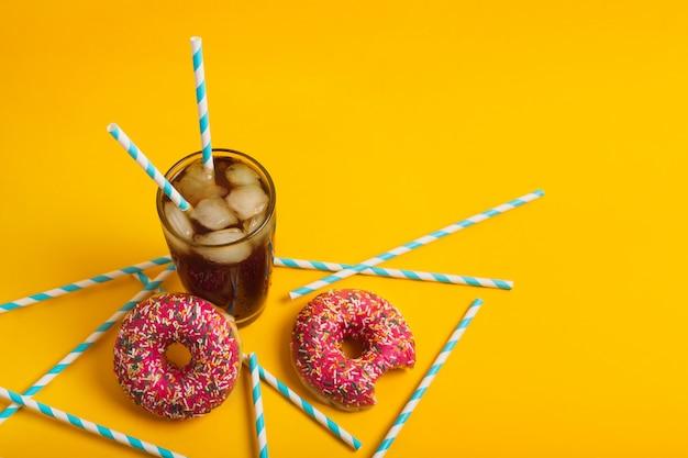 Ijskoffie met donuts op een gele achtergrond