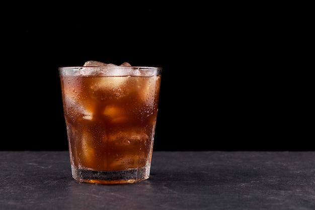 Ijskoffie met ijs in doorzichtig beslagen glas.