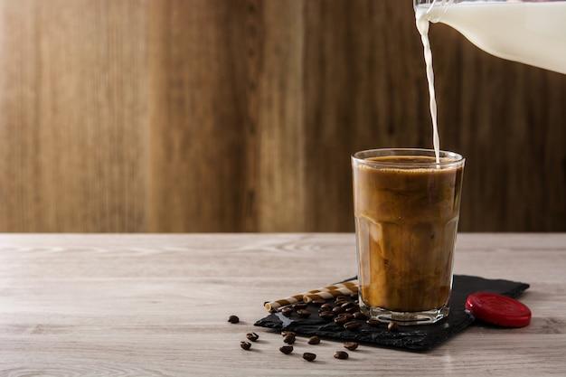 Ijskoffie of caffe latte bereiden