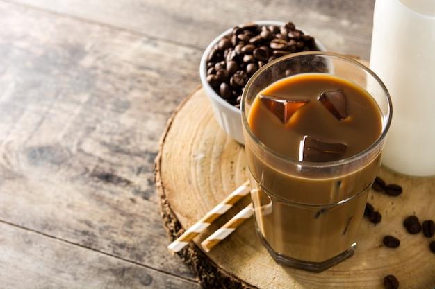 Ijskoffie of caffe latte in hoog glas
