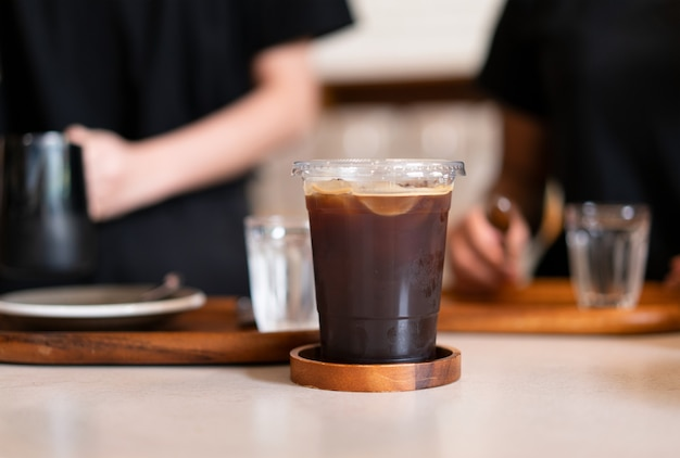 Ijskoffie op houten tafel bij coffeeshop Premium Foto