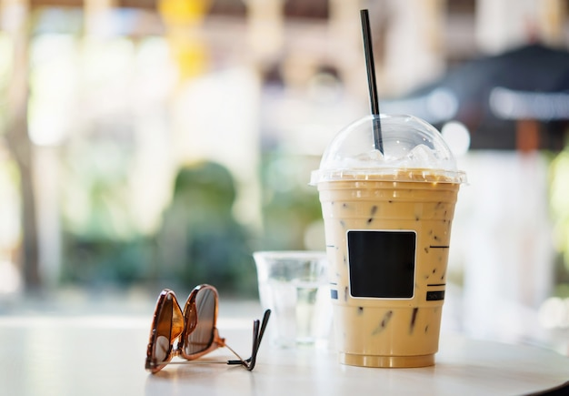 Ijskoffie op lijst in koffiewinkel.
