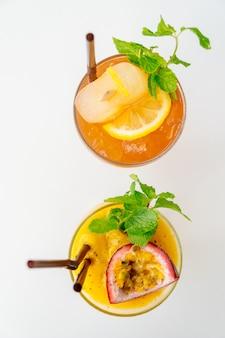 Ijskoude cocktails drinken van glas met strand en zee