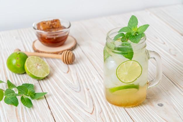 Ijskoude honing en limoensoda met munt. verfrissend drankje