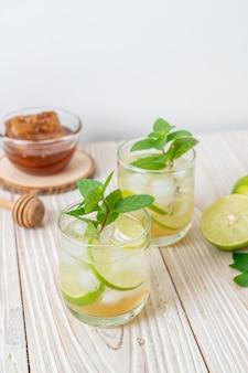 Ijskoude honing en limoensoda met munt - verfrissend drankje