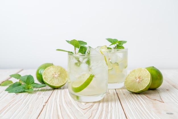 Ijskoude limoen frisdrank met munt - verfrissend drankje