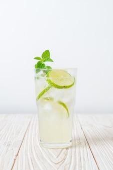 Ijskoude limoensoda met munt - verfrissend drankje