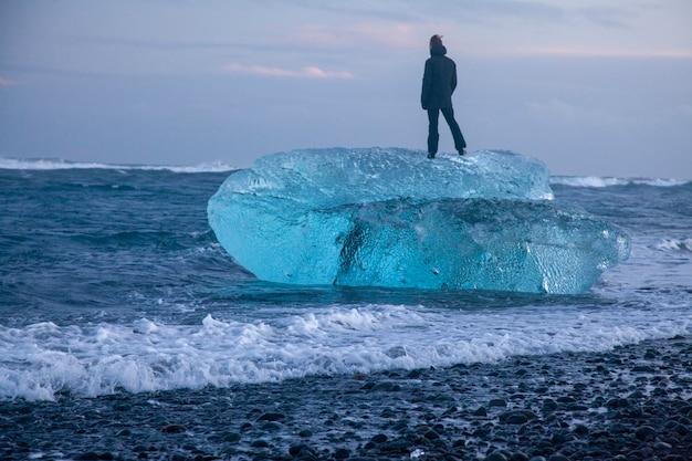 Ijsland, diamond beach - 4 januari 2018 het beroemde strand in ijsland met ijs ziet eruit als diamanten