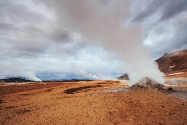 Ijsland het land van vulcan, hete bronnen, ijs, watervallen, onuitgesproken weer, rook, gletsjers, sterke rivieren, prachtige kleurrijke wilde natuur, lagunes, fantastische dieren, aurora, lava