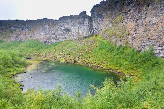 Ijsland landschap. asbyrgi-glaciale canyon en botnstjorn-meer, ijsland.