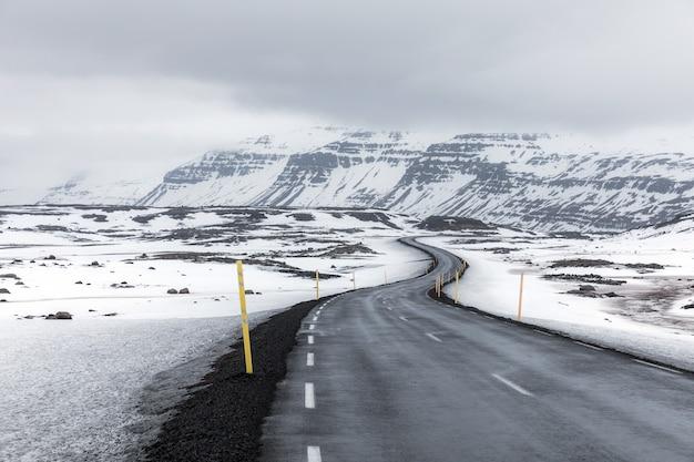 Ijsland winterlandschap road