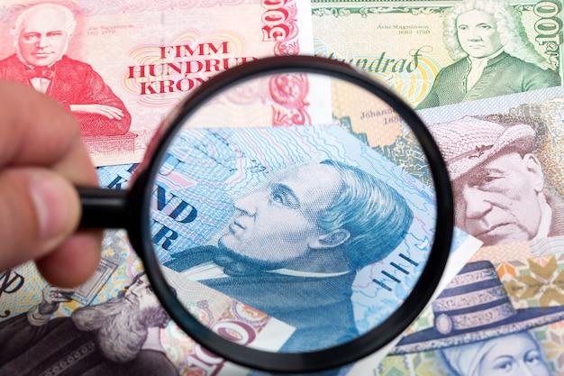 Ijslands geld in een vergrootglas een zakelijke achtergrond