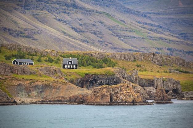 Ijslands landschap: huizen in mistige bergen