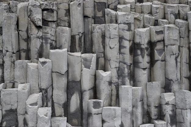 Ijslandse rotswand in vik, ijsland