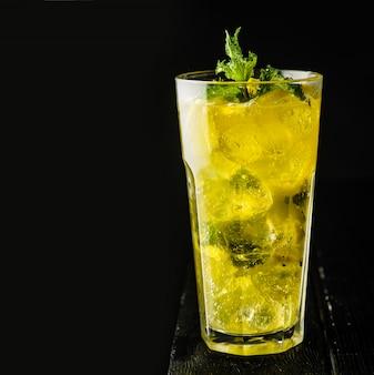 Ijslimonade met munt en citroen in een casablanca-glas, copyspace,