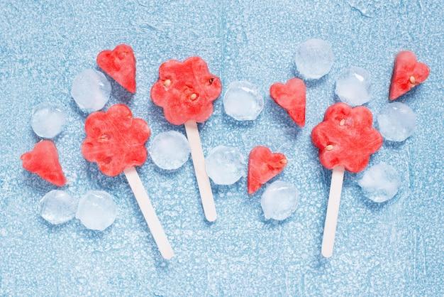 Ijslollys van verse watermeloen en ijsblokjes