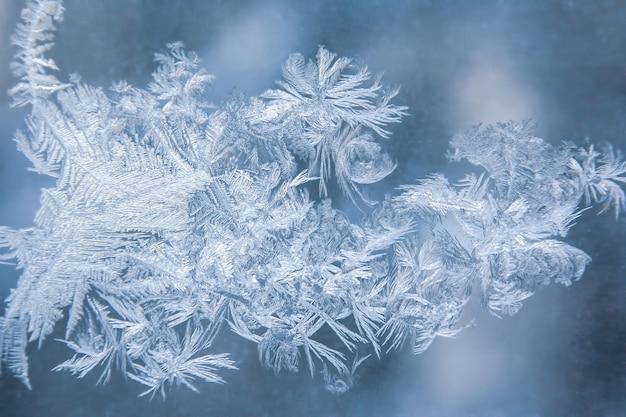 Ijspatronen op bevroren raam
