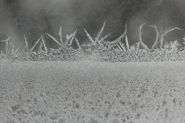 Ijspatronen op een winterraam