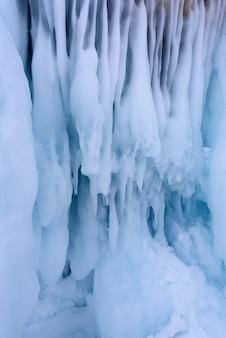 Ijspegels op de ijsmuur op baikal meer in de winter