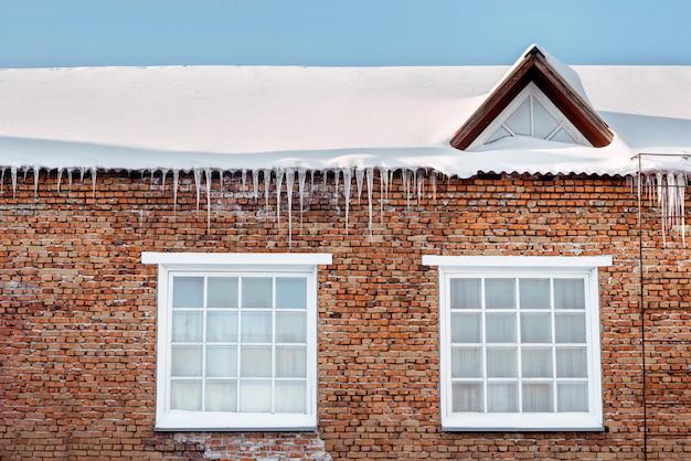 Ijspegels op het dak of gebouwen