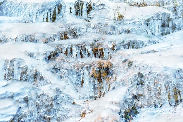Ijstextuur op een rots. abstracte winter achtergrond