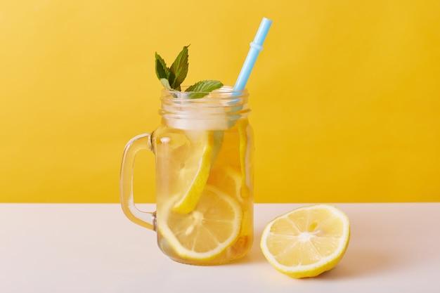 Ijsthee in kruik, zomer koud drankje met citroen en munt