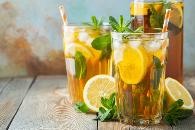 Ijsthee met citroen en ijs in hoge glazen.