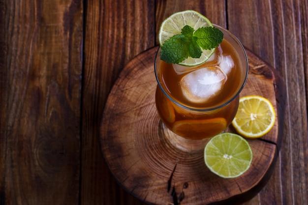 Ijsthee met citroen en limoen
