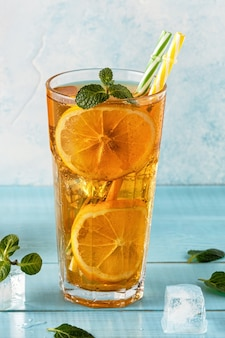 Ijsthee met schijfjes citroen en munt. selectieve aandacht.