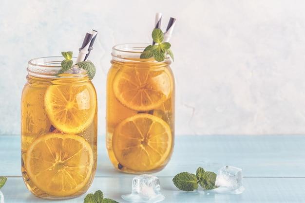 Ijsthee met schijfjes citroen en munt
