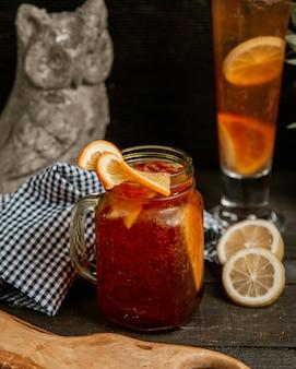 Ijsthee met vers fruit en koolzuurhoudend water