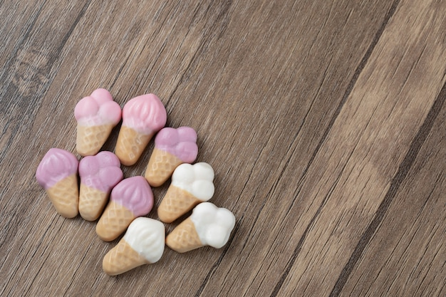 Ijsvorm jellybeans op een houten tafel.