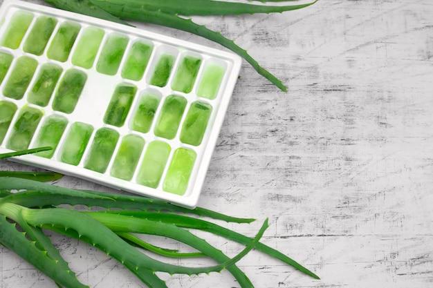 Ijsvorm met bevroren aloë-sap, natuurlijke cosmetica, doe-het-zelfconcept