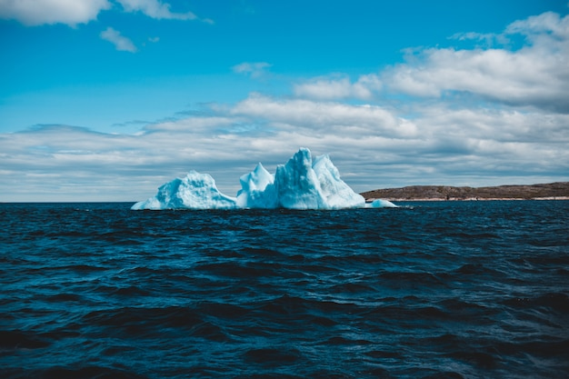 Ijsvorming op watermassa onder blauwe hemel overdag