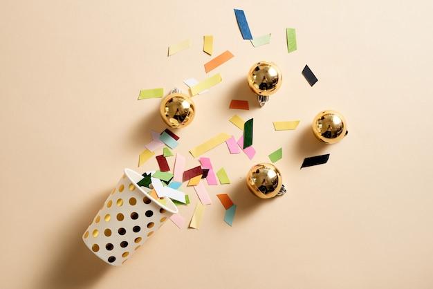 Ijswafelkegel met verstrooiing van veelkleurig papier en bolletjes ornament topping