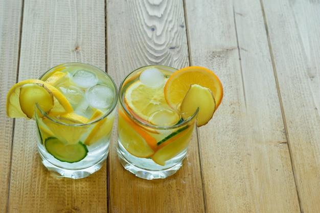 Ijswater, citroen, sinaasappel, gemberwortel en komkommer.