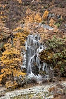 Ijswaterval in yading natuurreservaat, china
