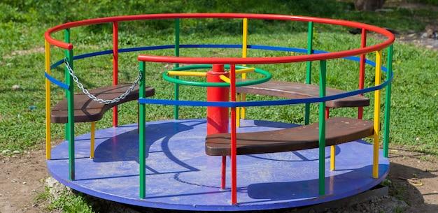 Ijzeren carrousel voor kinderen. kinderspeelplaats. swing, carrousel en glijbaan