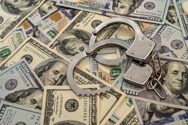 Ijzeren handboeien aan 100 dollar. misdaad concept