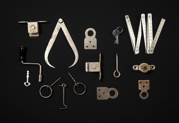 Ijzeren metalen gereedschappen op donkere achtergrond