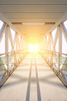 Ijzeren toegangspoort met zon achtergrond